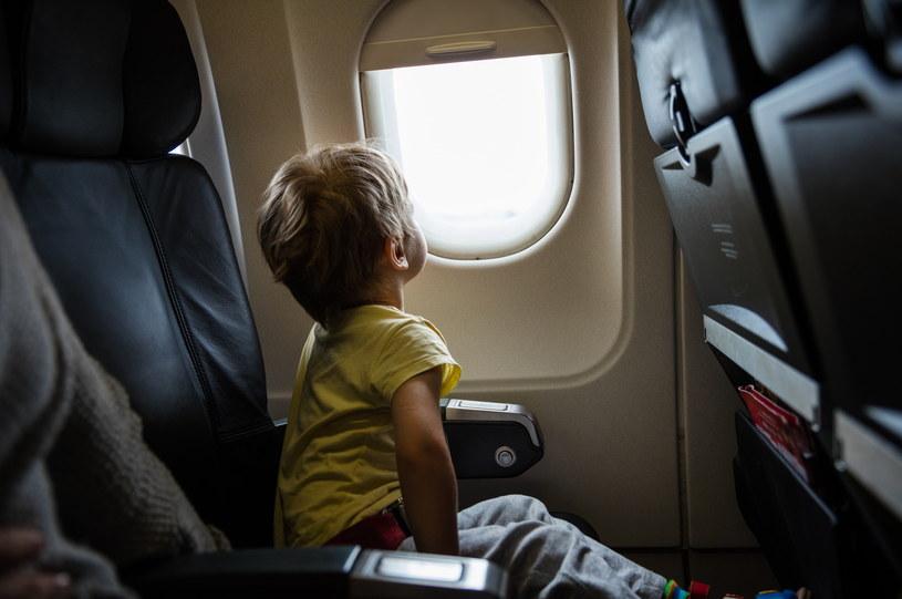 Podróż samolotem z dzieckiem nie musi być uciążliwa. Wystarczy odpowiednio się do niej przygotować /123RF/PICSEL