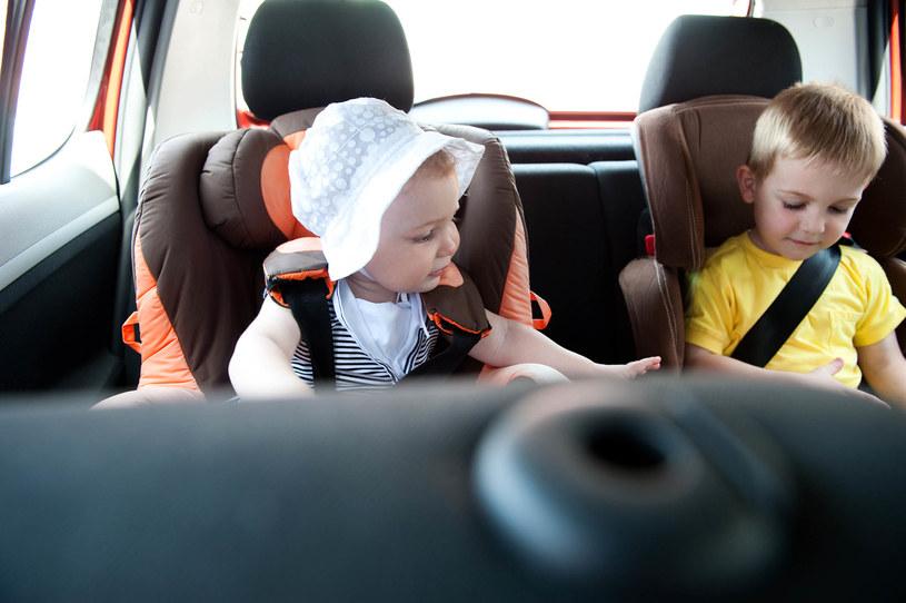Podróż z dzieckiem na tylnym siedzeniu może stanowić prawdziwe wyzwanie. Nie tylko ze względu na chorobę lokomocyjną, ale i… nudę. /