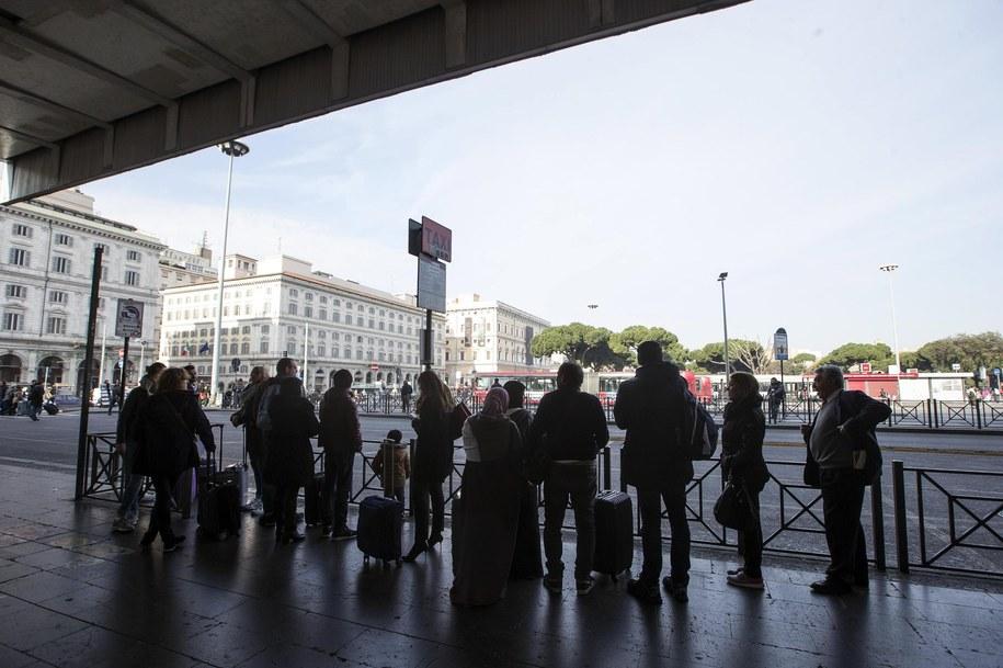 Podróżni przed budynkiem dworca Termini /ANGELO CARCONI /PAP/EPA