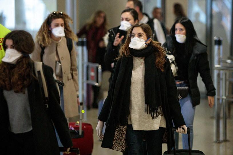 Podróżni przybywający z Włoch na lotnisku w Hiszpanii /BIEL ALINO  /PAP/EPA