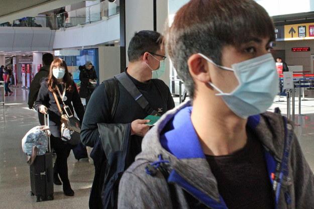 Podróżni w maskach na włoskim lotnisku Fiumicino /TELENEWS    /PAP/EPA