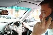 Podróżowanie ze słuchawką przy uchu może nas słono kosztować /INTERIA.PL