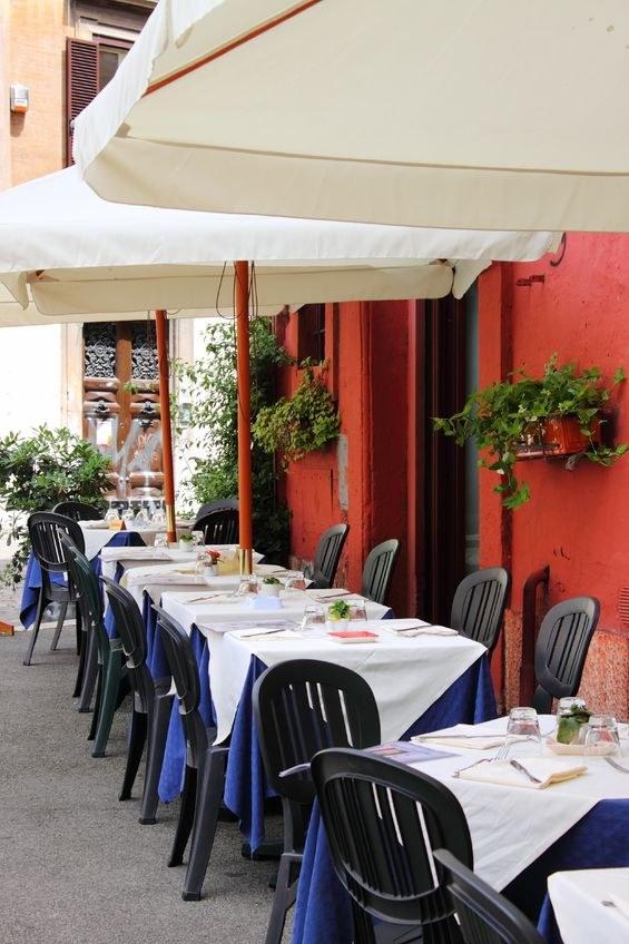 Podróżując jadaj tam, gdzie mieszkańcy - w małych i sprawdzonych restauracjach, najlepiej z dala od centrów turystycznych /123RF/PICSEL