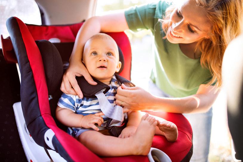Podróżując z dzieckiem samochodem, pamiętajmy o częstych postojach /123RF/PICSEL