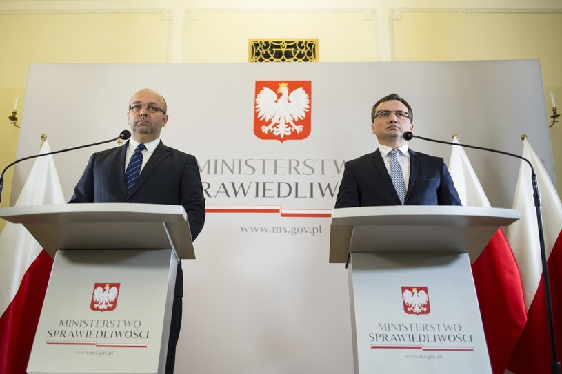 Podsekretarz stanu w ministerstwie sprawiedliwości Łukasz Piebiak (po lewej) i minister sprawiedliwości Zbigniew Ziobro (po prawej) /Andrzej Hulimka/Forum /Reporter