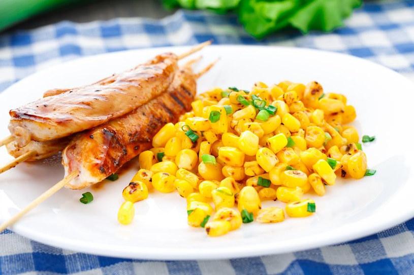 Podsmażona z przyprawami kukurydza może zastąpić ziemniaki lub ryż /123RF/PICSEL