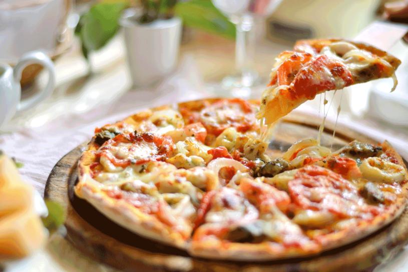 Podstawą doskonałej pizzy jest ciasto /123RF/PICSEL