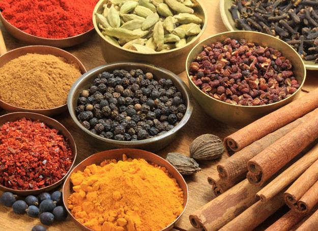 Podstawą kuchni izraelskiej są aromatyczne przyprawy /123RF/PICSEL