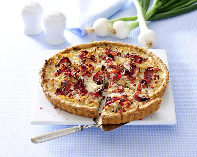 Podstawą pysznej tarty jest ciasto, do którego należy dodać zimne masło. Oprócz soli, możesz wsypać także trochę słodkiej papryki lub oregano /123RF/PICSEL