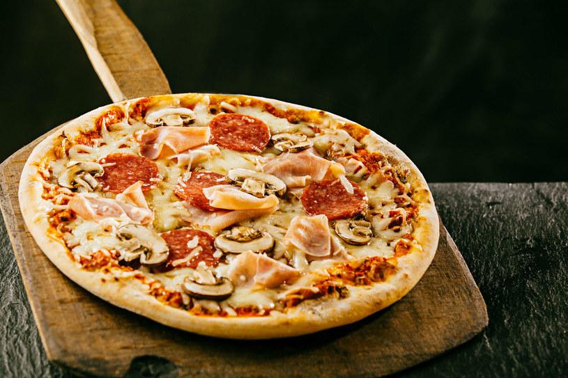 Podstawą udanej pizzy jest ciasto - warto wyrabiać je ręcznie /123RF/PICSEL