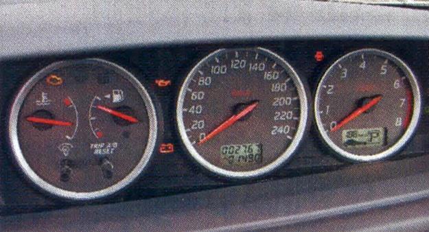 Podstawowy zestaw zegarów jest na szczęście czytelny i zupełnie klasyczny. /Motor