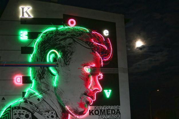 Podświetlony mural z wizerunkiem Krzysztofa Komedy w Ostrowie Wielkopolskim /Tomasz Wojtasik /PAP