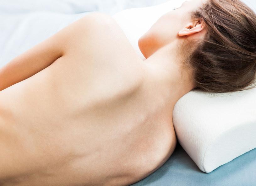 Poduszka fizjologiczna gwarantuje dobry sen i zdrowy kręgosłup /123RF/PICSEL