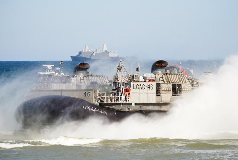 Poduszkowiec amerykańskich sił zbrojnych dopływa do brzegu podczas fazy lądowej międzynarodowych ćwiczeń Baltops 2015 na terenie Centralnego Poligonu Sił Powietrznych w Ustce /Adam Warżawa /PAP
