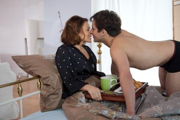 Śniadanie do łóżka po udanym seksie - widać młody Kazuń (Konrad Darocha) bardzo się stara, żeby wypaść w oczach Marty (Edyta Herbuś) jak najlepiej.