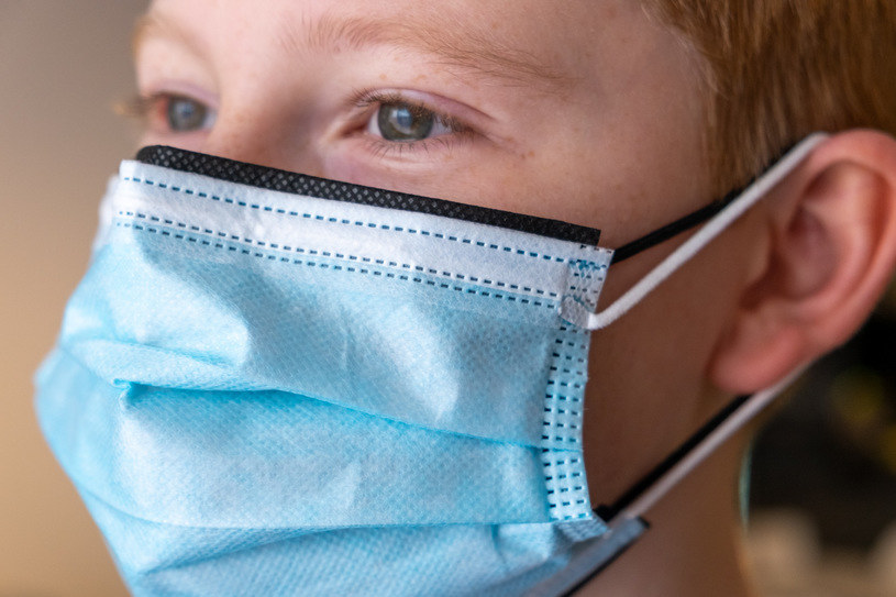 Podwójne maseczki lepiej chronią przed koronawirusem - ale nie powinno się ich nosić tak, jak na zdjęciu /Fot. Paweł Krawczyk /INTERIA.PL