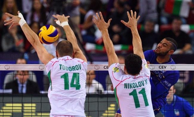Podwójny blok Bułgarów stara się zatrzymać Earvina N'Gapetha /VASSIL DONEV /PAP/EPA