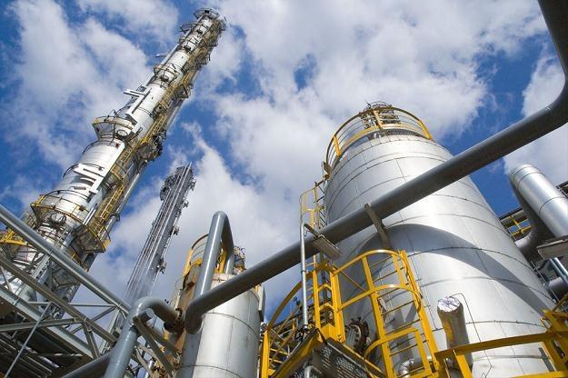 Podwyżkę stóp odczują branże: paliwowa, energetyczna, telekomunikacyjna, budowlana i surowcowa /AFP