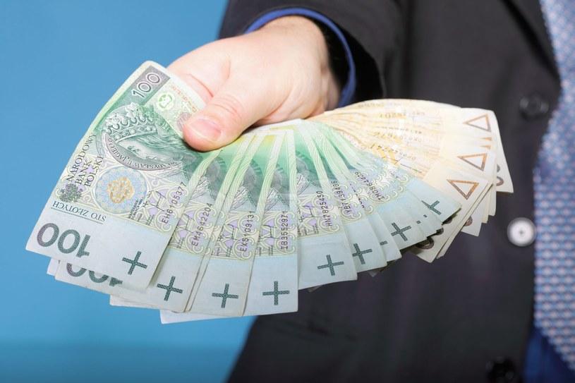 Podwyższenie wynagrodzeń w kolejnych 6 miesiącach planuje 36 proc. firm /123RF/PICSEL