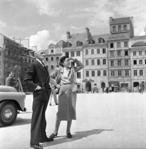 Poeta Julian Tuwim z żoną Stefanią na Rynku Starego Miasta /CAF /PAP