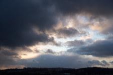Pogoda: Chłodno, deszczowo i burze. Kiedy zmiana?