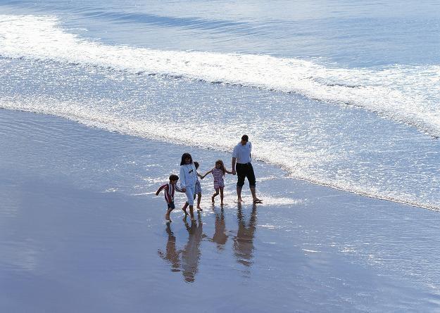 Pogoda nie sprzyja, ale turystów na Wybrzeżu nie brakuje /© Bauer
