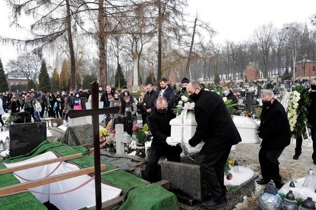 Pogrzeb 13-letniej Patrycji z Bytomia na cmentarzu parafialnym w Piekarach Śląskich / Andrzej Grygiel    /PAP