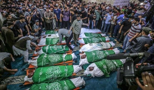 Pogrzeb 15 osób, które zginęły w izraelskich bombardowaniach w strefie Gazy /HAITHAM IMAD /PAP/EPA