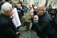 Pogrzeb gen. Jaruzelskiego: Przeciwnicy i zwolennicy zmarłego spotkali się przed katedrą