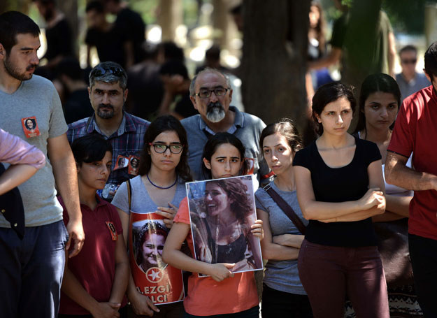 Pogrzeb jednej z foar zamachu w Suruc /OZAN KOSE /AFP