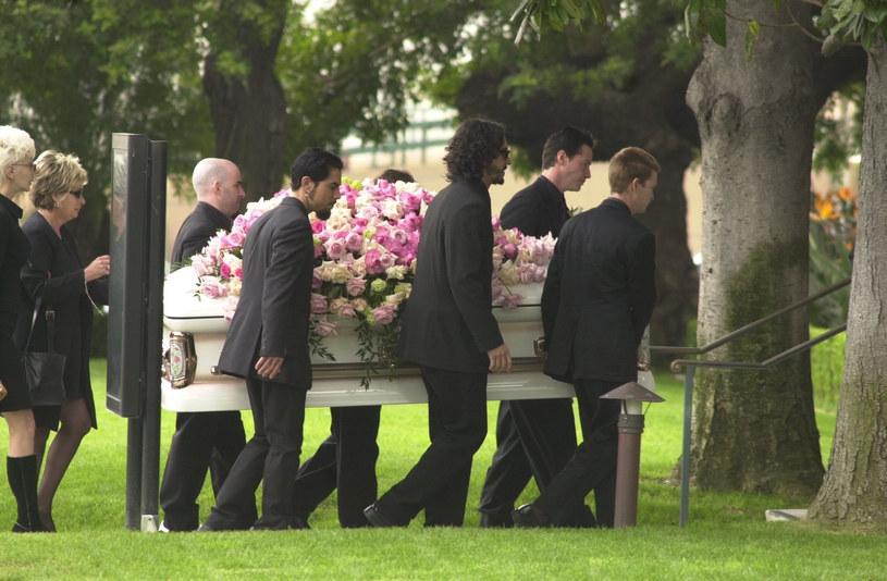 Pogrzeb Jennifer Syme, narzeczonej Keanu Reevesa. Aktor wraz z innymi niesie trumnę (2001) /Splashnews /East News