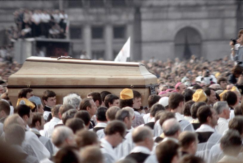 Pogrzeb kardynała Stefana Wyszyńskiego w 1981 roku zamienił się w patrotyczną demonstrację /Jerzy Michalski /Agencja FORUM