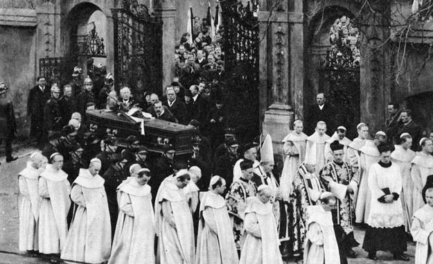 Pogrzeb Karola Szymanowskiego w kościele na Skałce w Krakowie /Reprodukcja: FoKa /Agencja FORUM