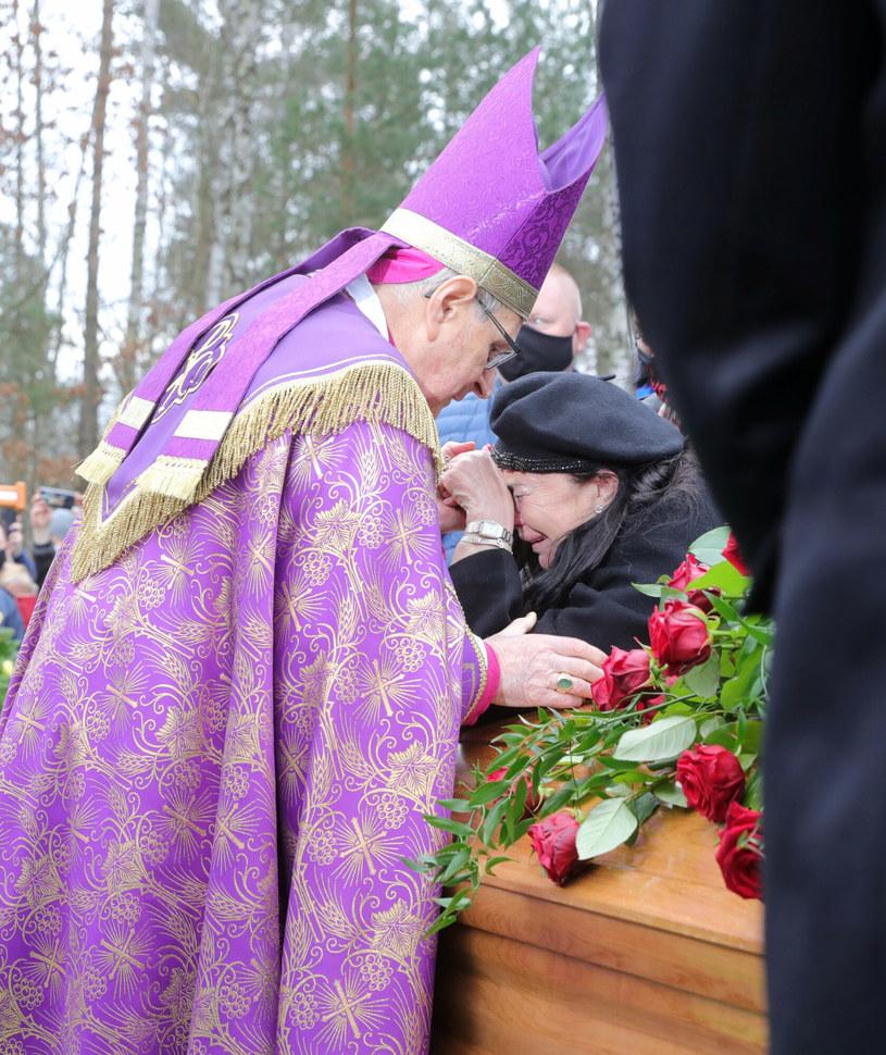 Pogrzeb Krzysztofa Krawczyka - biskup Długosz pociesza wdowę /Piotr Molecki /East News