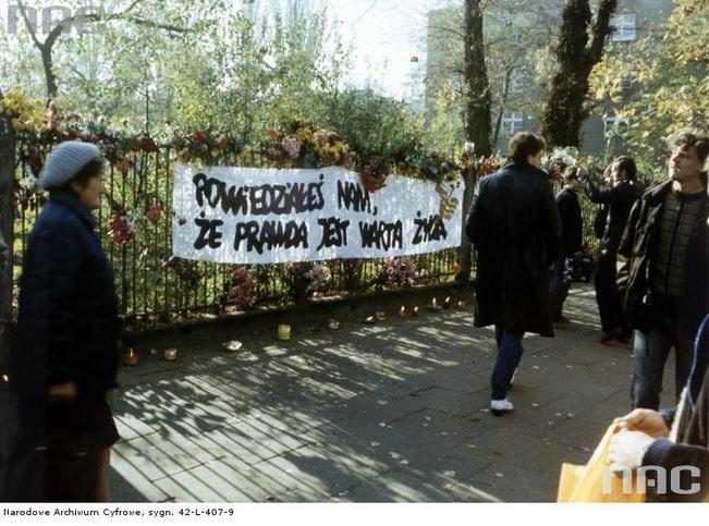 Pogrzeb księdza Jerzego Popiełuszki - okolicznościowy transparent (archiwum fotograficzne Edwarda Hartwiga) /Z archiwum Narodowego Archiwum Cyfrowego
