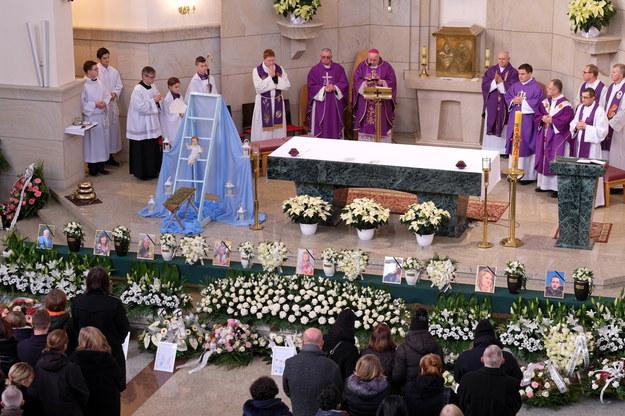 Pogrzeb ofiar eksplozji w Szczyrku / Andrzej Grygiel    /PAP