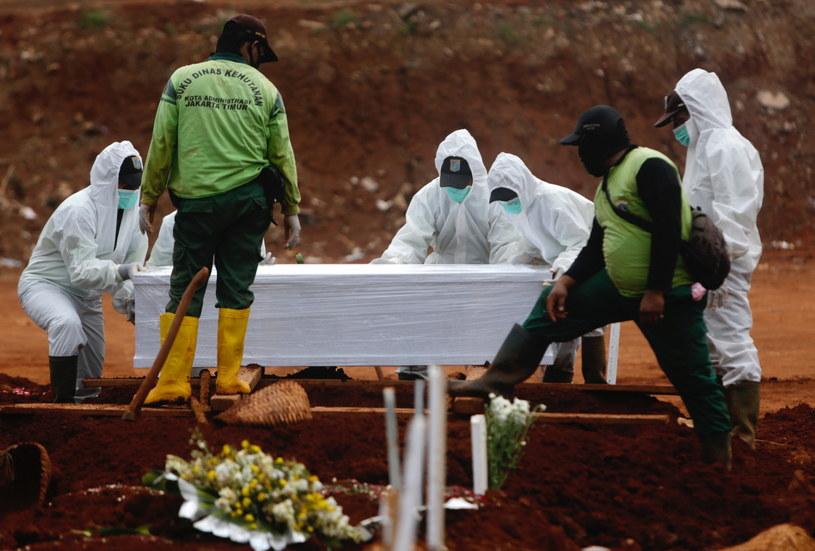 Pogrzeb ofiary koronawirusa w Indonezji. /ADI WEDA /PAP/EPA