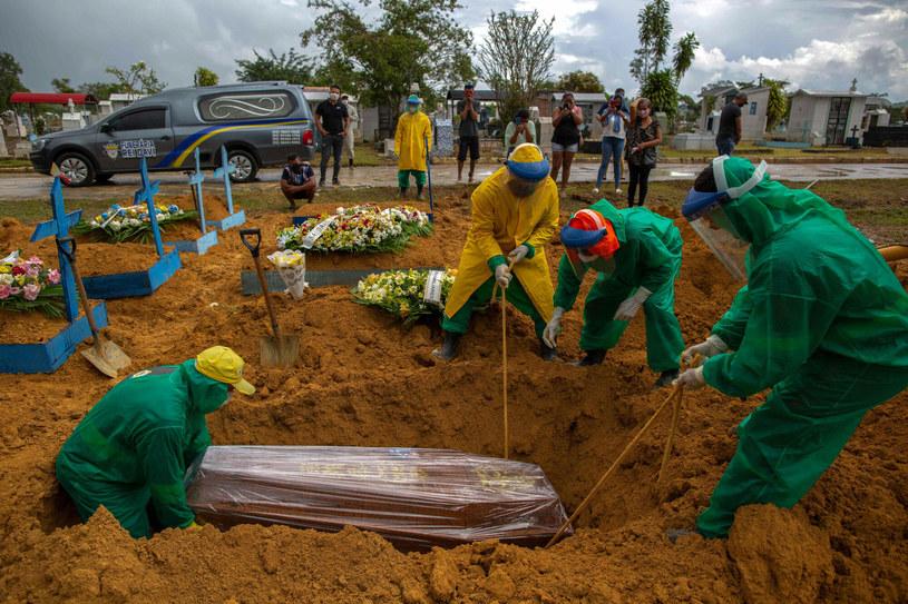 Pogrzeb osoby zakażonej koronawirusem. /MICHAEL DANTAS/AFP/East News /East News