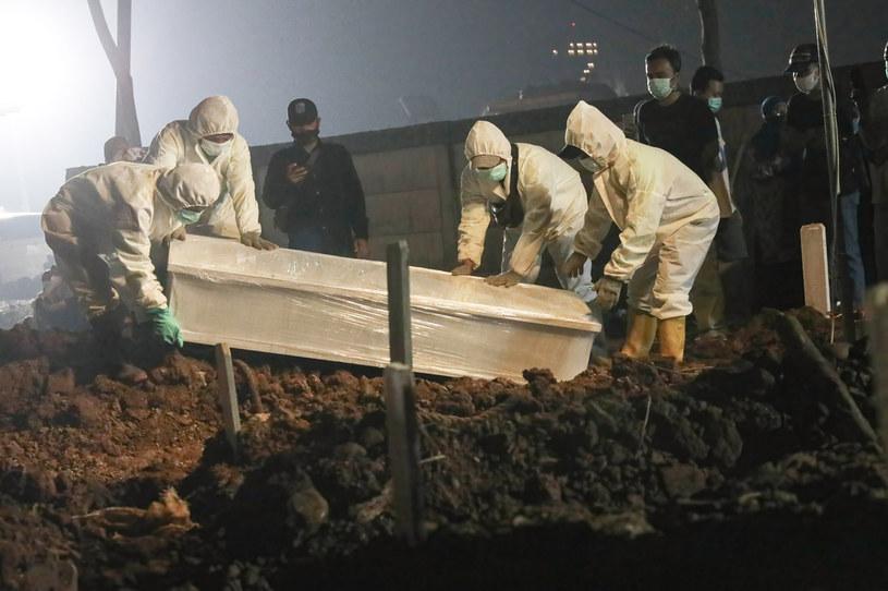 Pogrzeb osoby zakażonej SARS-CoV-2, zdjęcie ilustracyjne /Jovan Triniti/SOPA Images/LightRocket /Getty Images