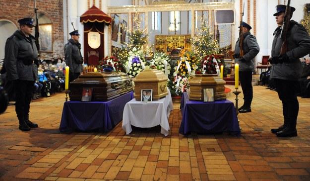 Pogrzeb policjanta, jego żony i syna w kamieńskiej katedrze pw. Jana Chrzciciela /Marcin Bielecki /PAP