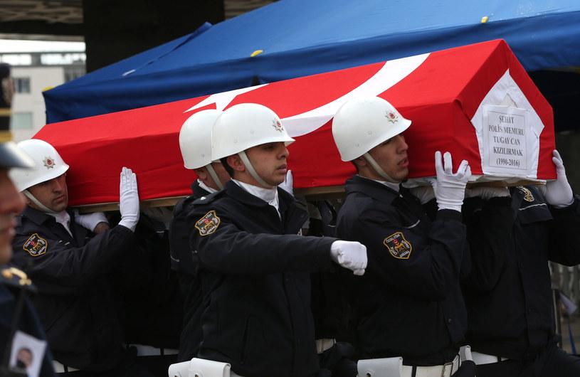 Pogrzeb policjantów będących ofiarami zamachu bombowego w Stambule /AFP