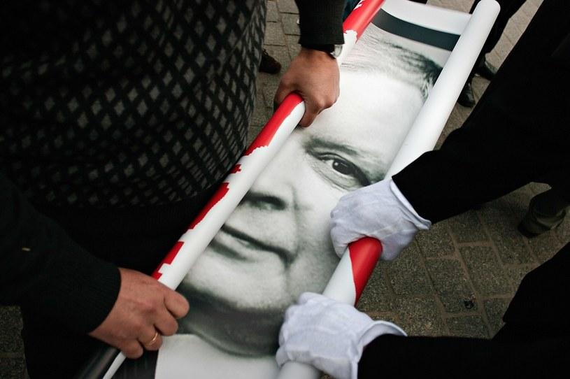 Pogrzeb prezydenta Lecha Kaczynskiego w Krakowie. Zwijanie plakatu z podobizną prezydenta (18 kwietnia 2010) /Stepan Rudik /Agencja FORUM