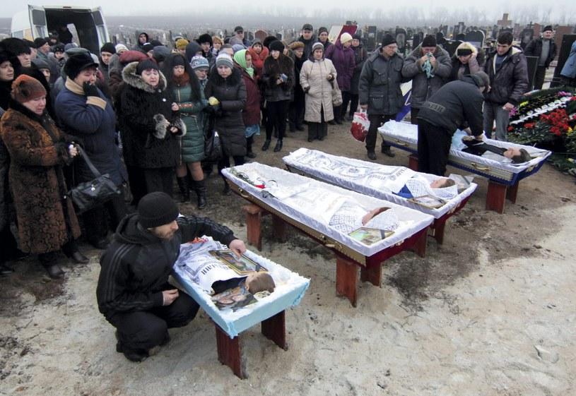 Pogrzeb rodziny, która zginęła podczas ostrzału Mariupola 24 stycznia /PAP/EPA
