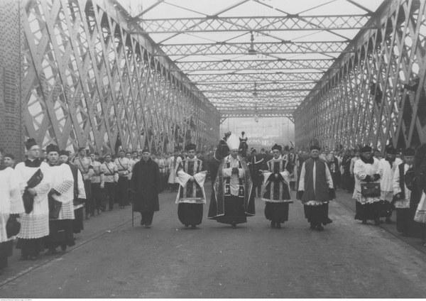 Kondukt żałobny na moście Kierbedzia. Prowadzi biskup Karol Niemira