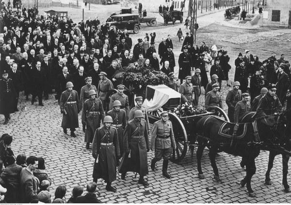 Kondukt pogrzebowy na ulicach Warszawy