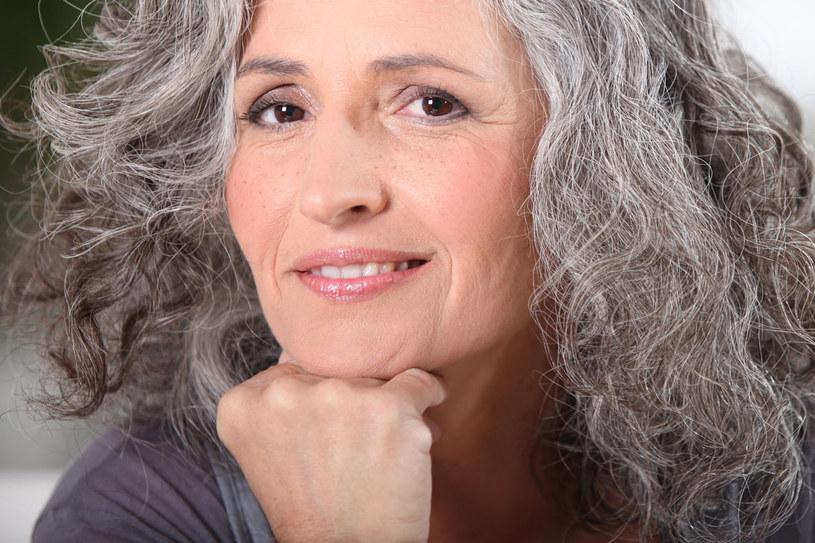 Pojawienie się siwych nitek to znak, że we włosach zaczyna brakować melaniny odpowiedzialnej za utrzymanie ich barwy /123RF/PICSEL