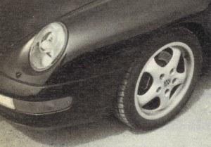 """Pojawienie się świateł projektorowych było zbawienne dla stylistów Porsche. Wbudowali je w reflektory główne. Hamulce z najnowszą generacją ABS-u zasługują na wyróżnienie. """"911"""" toczy się na 16-calowym ogumieniu o szerokości 205 (profil 55) z przodu i 245 (45) z tyłu. /Motor"""