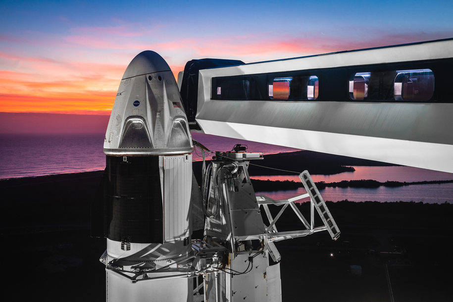Pojazd Crew Dragon na szczycie rakiety Falcon 9, dwa dni przed startem /Space X /Materiały prasowe