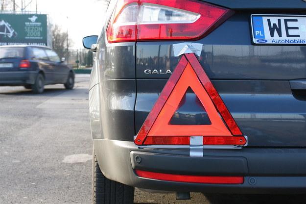 Pojazd holowany musi być oznaczony z tyłu po lewej stronie trójkątem ostrzegawczym. /Motor