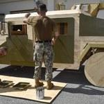 Pojazdy wojskowe ze sklejki - co robią żołnierze?